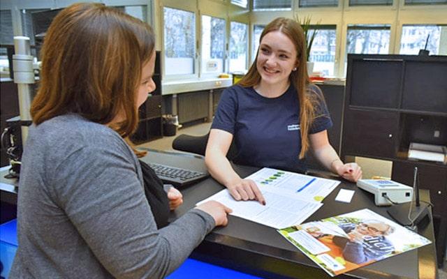 Im Kundenzentrum als erste Ansprechpartnerin für die Kunden da sein